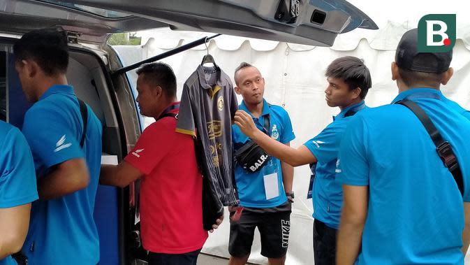 Pemain Sabah FA Berburu Merchandise Arema di Kanjuruhan