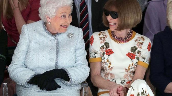 Ratu Elizabeth II ditemani oleh Anna Wintour, melihat peragaan busana desainer Inggris Richard Quinn saat berkunjung ke London Fashion Week's BFC Show Space di London tengah, 20 Februari 2018. (Yui Mok/AFP)