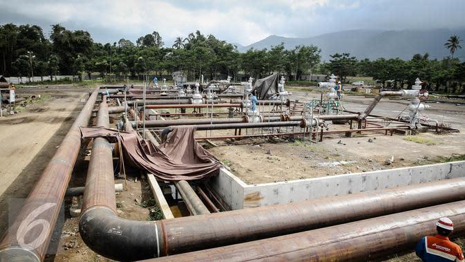 Pekerja menyelesaikan pembangunan PLTP Unit 5 & 6 di Tompaso, Sulut. (Liputan6.com/Faizal Fanani)
