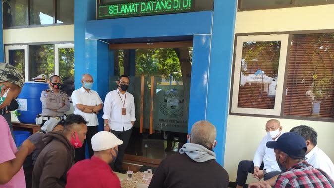Beberapa perwakilan kelompok tani tengah melakukan audiensi dengan pejabat Dinas Pertanian Garut, menyampaikan keluhakan kelangkaan pupuk bersubsidi bagi mereka. (Liputan6.com/Jayadi Supriadin)