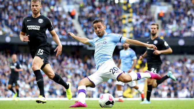 Gelandang Manchester City, Bernardo Silva, melepaskan tendangan ke gawang Brighton and Hove Albion pada laga Premier Leauge 2019 di Stadion Etihad, Sabtu (31/8). Manchester City menang 4 gol tanpa balas. (AP/Nick Potts)