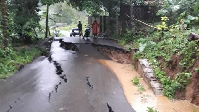 Jalan Sepanjang 100 Meter di Cianjur Ambles