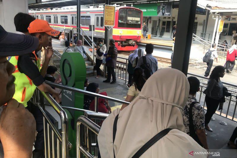 Gangguan listrik, perjalanan penumpang KRL terganggu