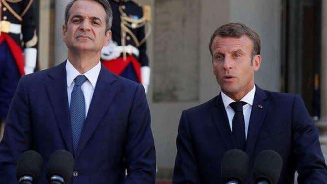 VIVA Militer: Kyriakos Mitsotakis (kiri) dan Emmanuel Macron (kanan)