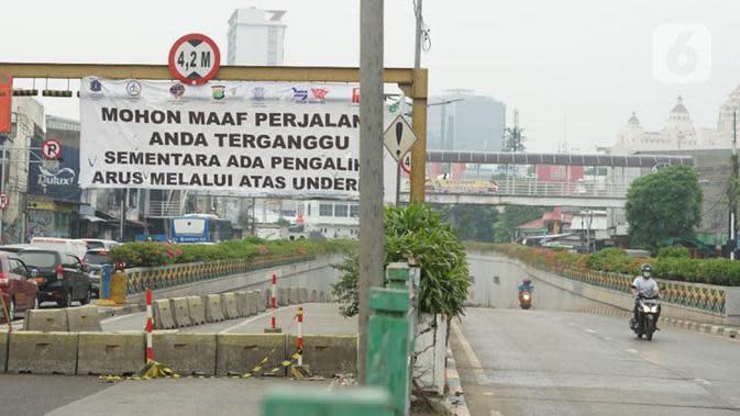 Suasana jalur terowongan atau lintas bawah Senen yang ditutup sementara di Jakarta, Senin (4/5/2020). Penutupan terowongan dari arah Cempaka Putih menuju ke Monas tersebut dilakukan selama 10 hari karena adanya proyek pengerjaan Underpass Senen Extension. (Liputan6.com/Immanuel Antonius)