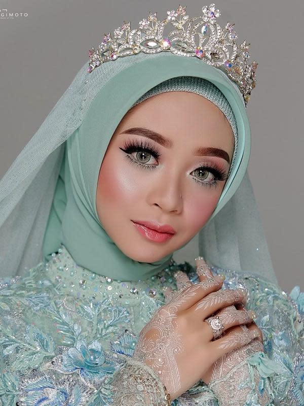 Wanita kelahiran 2 November 1998 ini terlihat cocok memakai berbagai gaya makeup. Seperti saat menjalani pesta pernikahannya, Ega tampil memukau dengan makeup soft. Dalam makeup itu, ia menonjolkan bagian mata yang menawan. (Liputan6.com/IG/eganoviantika_98)