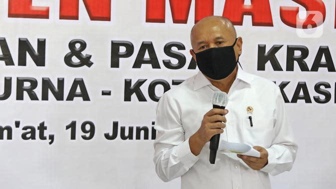Menteri Koperasi dan UKM Teten Masduki menyampaikan sambutan saat mengunjungi Pasar Kranggan, Bekasi, Jawa Barat, Jumat (19/6/2020). Teten melakukan peninjauan lapangan terkait restrukturisasi pinjaman/pembiayaan LPDB-KUMKM kepada Koperasi Pasar Kranggan. (Liputan6.com/Herman Zakharia)