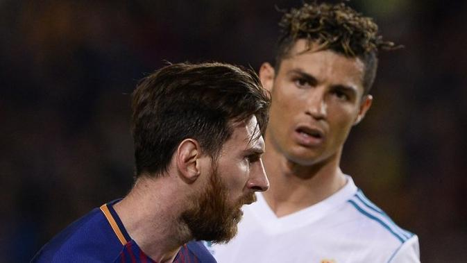 Dua bintang sepak bola, Lionel Messi (depan, Barcelona) dan Cristiano Ronaldo (belakang, Real Madrid), pada laga La Liga di Camp Nou, Minggu (6/5/2018). (AFP/Josep Lago)