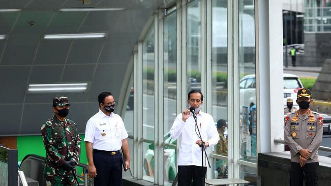Presiden Jokowi didampingi Panglima TNI Marsekal Hadi Tjahjanto, Kapolri Jenderal Pol Idham Aziz dan Gubernur DKI Anies Baswedan memberikan keterangan usai meninjau kesiapan penerapan prosedur standar New Normal di Stasiun MRT Bundaran HI Jakarta, Selasa (26/5/2020). (Tribunnews/Irwan Rismawan/Pool)