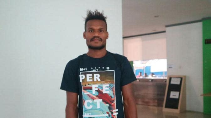 Mantan bek Persipura Jayapura, Israel Wamiau, menjalani seleksi di Arema FC, Senin (12/3/2018). (Bola.com/Iwan Setiawan)