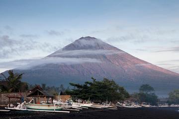 由於擔心印尼峇里島(Bali)這個渡假島上的火山突然爆發,數個國家已對當地發出旅遊警示,而印尼當局正加速疏散「危險區」(danger zone)內的數萬居民。(網路圖片)
