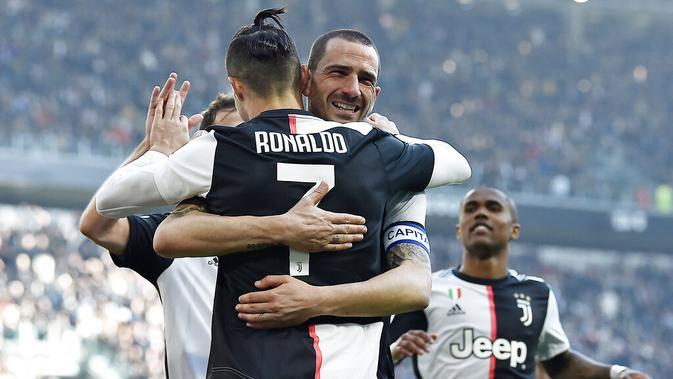 Pemain Juventus, Leoanrdo Bonucci dan Cristiano Ronaldo merayakan gol yang dicetak ke gawang Fiorentina pada laga Serie A di Stadion Allianz, Minggu (2/2/2020). Juventus menang 3-0 atas Fiorentina. (AP/Fabio Ferrari)