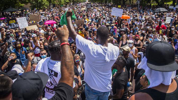 Pengunjuk rasa yang memprotes kematian George Floyd berkumpul di depan State Capitol, Austin, Texas, Amerika Serikat, Minggu (7/6/2020). Gelombang protes atas kematian George Floyd terus mengguncang Amerika Serikat. (Ricardo B. Brazziell/Austin American-Statesman via AP)
