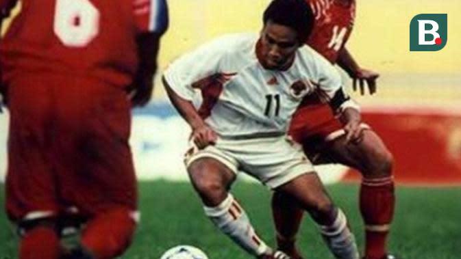 Bima Sakti, saat berduel dengan salah satu pemain Thailand di Piala Tiger 1998. (Bola.com/Dok. AFF)