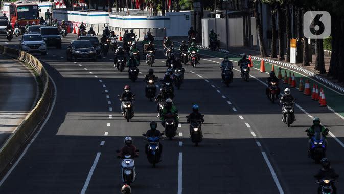 Kendaraan Roda dua melintasi Jalur Khusus Sepeda Motor dijalan Medan Merdeka Barat, Jakarta, Jumat (21/8/2020). Selain kendaraan empat atau mobil, kendaraan roda dua ataumotorjuga termasuk kendaraan yang harus patuh denganaturanganjil genap. (Liputan6.com/Johan Tallo)