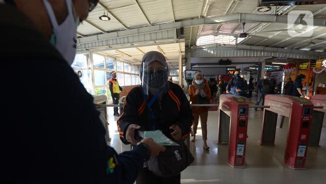 Petugas gabungan membagikan masker kepada calon penumpang KRL jurusan Jakarta- Bogor di stasiun Tebet, Jakarta, Kamis (27/8/2020). Kegiatan tersebut merupakan rangkaian dari kampanye menggunakan masker di era Adaptasi Kebiasaan Baru untuk menghindari penularan COVID-19. (merdeka.com/Imam Buhori)