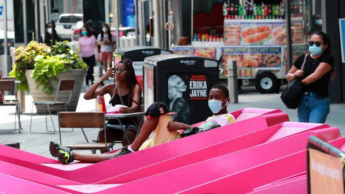 Sejumlah orang beristirahat di Times Square di New York, 23 Juli 2020. Jumlah kasus COVID-19 di Amerika Serikat menembus angka 4 juta, tepatnya 4.005.414, pada Kamis waktu setempat, menurut lembaga Center for Systems Science and Engineering (CSSE) di Universitas Johns Hopkins. (Xinhua/Wang Ying)