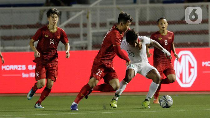 Gelandang Timnas Indonesia U-22, Osvaldo Haay, menghindari kepungan pemain Vietnam U-22 pada laga SEA Games 2019 di Stadion Rizal Memorial, Manila, Filipina, Minggu (1/12/2019). Indonesia kalah 1-2 dari Vietnam. (Bola.com/M Iqbal Ichsan)