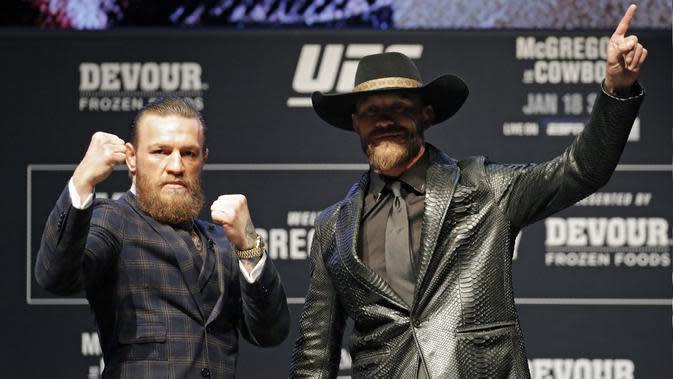 Conor McGregor (kiri) berpose dengan Donald