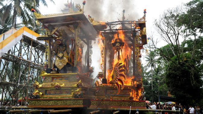 Peti berbentuk naga yang berisi jenazah anggota keluarga dari pahlawan nasional I Gusti Ngurah Rai dibakar dalam prosesi upacara Ngaben di Desa Carangsari, Bali, Senin (29/4/2019). Ribuan waga mengiringi kremasi terhadap jenazah putra kedua dan cucu dari I Gusti Ngurah Rai itu. (SONNY TUMBELAKA/AFP)