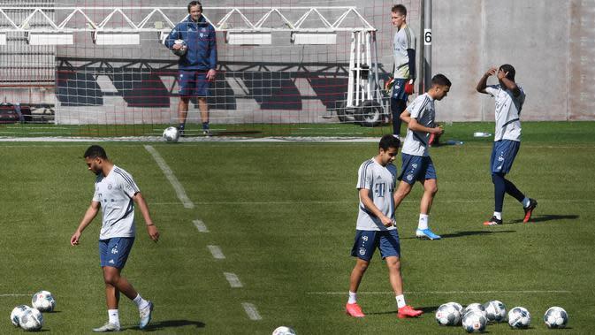 Para pemain Bayern Muenchen saat menggelar sesi latihan Senin (6/4/2020). Pemuncak klasemen sementara liga Jerman ini berlatih bersama untuk pertamakalinya sejak Bundesliga dihentikan pada 13 Maret karena virus corona. (AFP/Christof Stache)