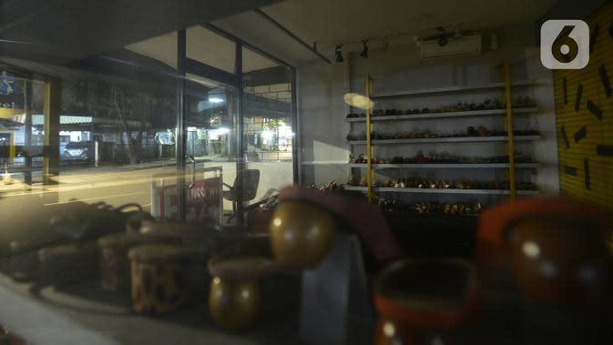 Kondisi pertokoan yang tutup pada malam takbiran di kawasan Tebet, Jakarta, Sabtu (23/5/2020). Satgas COVID-19 menutup akses Jalan Tebet Utara tersebut untuk menekan penyebaran COVID-19 dan mengurangi keramaian warga yang ingin berbelanja baju Lebaran pada malam takbiran. (merdeka.com/Imam Buhori)