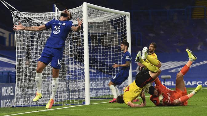 Reaksi pemain Chelsea Olivier Giroud (kiri) saat gagal mencetak gol ke gawang Watford pada pertandingan Premier League di Stadion Stamford Bridge, London, Inggris, Sabtu (4/7/2020). Chelsea menang 3-0 dan kembali menggeser Manchester United dari posisi empat klasemen. (Glynn Kirk/Pool via AP)