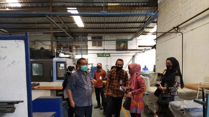 Direktur Bina Produktivitas, Fahrurozi bersama Direktur Pemagangan, Siti Kustiati melakukan kunjungan ke PT Sarandi Karya Nugraha.