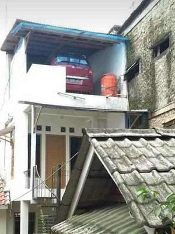 Motor Parkir di Tempat Tak Biasa (Sumber:Twitter//pradpt)