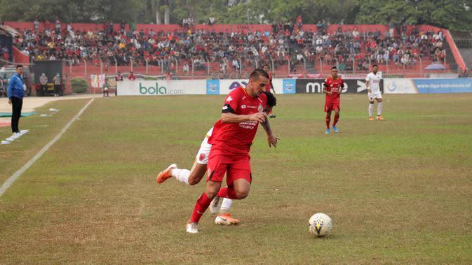 Bek Semen Padang, Flavio Beck Junior, saat menjadi starter saat menghadapi PSM di Stadion H. Agus Salim, Padang (23/9/2019).