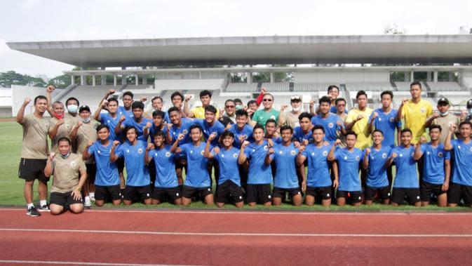 Ketua PSSI, Mochamad Iriawan berpose dengan Timnas Indonesia U-19. (Dok PSSI).