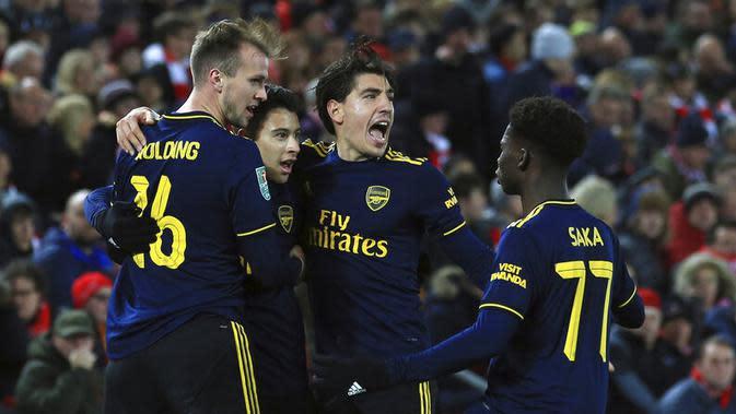 Pemain Arsenal, Gabriel Martinelli, melakukan selebrasi usai mencetak gol ke gawang Liverpool pada laga Piala Liga Inggris 2019 di Stadion Anfield, Rabu (30/10). Liverpool menang adu penalti atas Arsenal dengan skor 5-4. (AP/Jon Super)