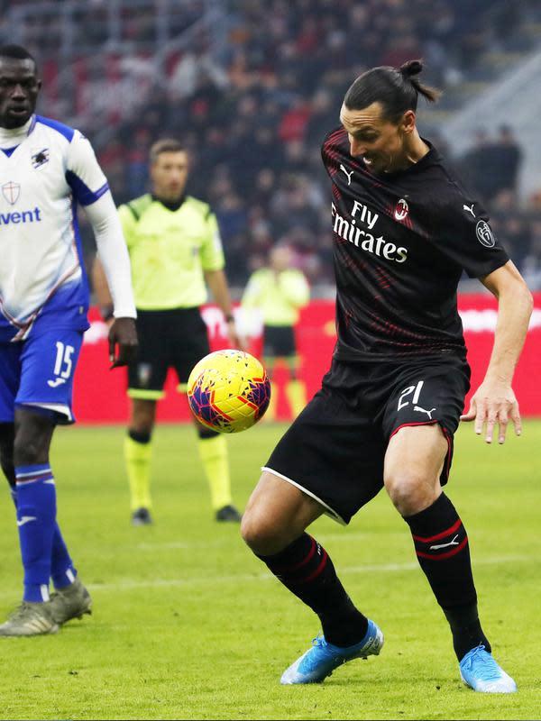 Striker AC Milan, Zlatan Ibrahimovic mengontrol bola saat bertanding melawan Sampdoria pada pertandingan lanjutan Liga Serie A Italia di stadion San Siro (6/1/2020). Ibrahimovic sebelumnya memperkuat AC Milan pada 2010-2012. (AP Photo/Antonio Calanni)