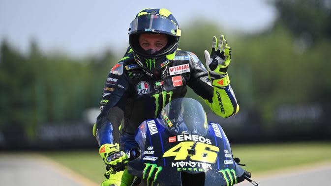 Pembalap Monster Energy Yamaha, Valentino Rossi, melambaikan tangan pada balapan MotoGP Republik Ceska di Sirkuit Brno, Minggu (9/8/2020). Brad Binder menjadi yang tercepat dengan catatan waktu 41 menit 38,764 detik. (AFP/Joe Klamar)