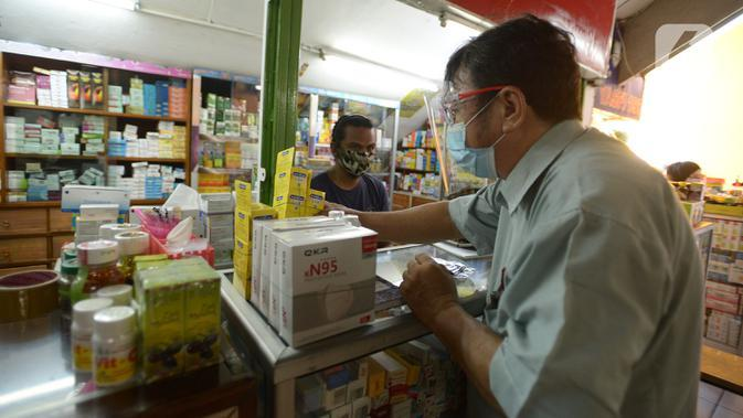 Aktivitas penjualan masker dan multivitamin di Pasar Pramuka, Jakarta, Rabu (23/9/2020). Terkait pelarangan pemakaian masker scuba dan buff di KRL, penjualan masker biasa masih normal di pasaran dengan harga sekitar Rp.60.000-Rp 150.000 per boks. (merdeka.com/Imam Buhori)