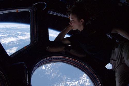 <br>Tracy Caldwell contempla el planeta Tierra desde la Cupola