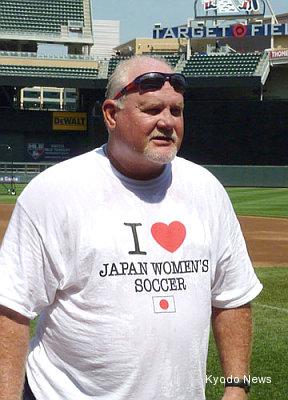 Gardenhire loses Cup bet, wears funny Japanese soccer shirt