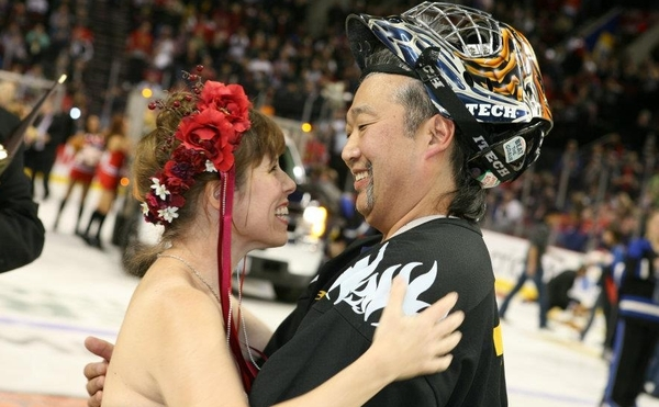 WHL: 'You may kiss the goalie'; Couple weds amid Teddy Bear Toss