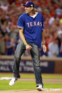 Dirk Nowitzki lends the Rangers some advice on how to pack