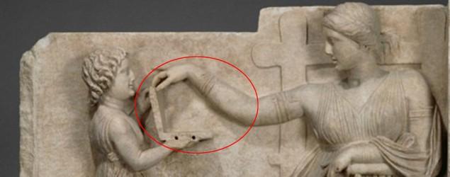 """La escultura se titula """"Naiskos funerario de mujer en el trono con una criada"""". (Yahoo)"""