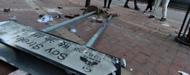 旺角街頭地磚挖起牌檔被焚毀