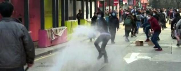 有示威者曾用滅火筒噴向警員