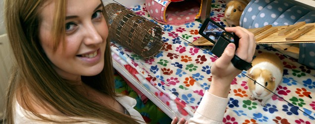 Laura Mellors earns $3,000 a month postijng videos of her pet guinea pigs on YouTube. (Yahoo News)