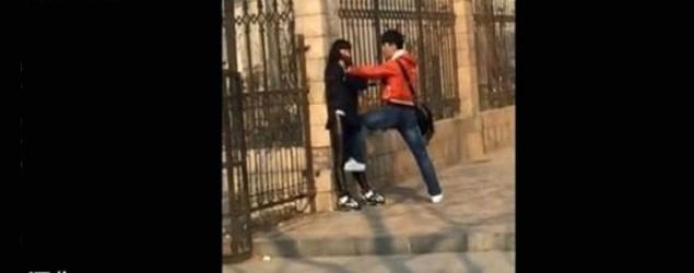暴力男當街打女友 途人旁觀