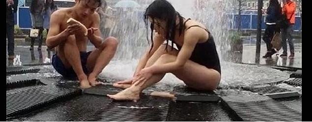 泳裝男女噴泉沖涼10幾分鐘
