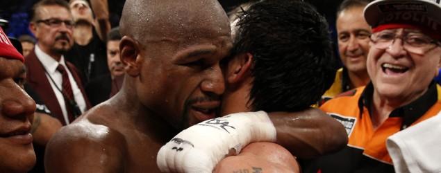 Mayweather abrazando a Paquiao (AFP)