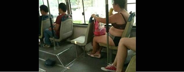 大媽着胸圍底褲搭車
