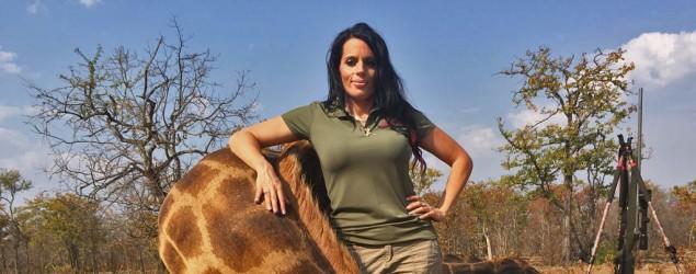 Sabrina Corgatelli con uno de sus trofeos, una jirafa que ella habría cazado en África. (Facebook)