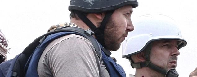 American journalist Steven Sotloff, center, talks to Libyan rebels. (Getty Images)
