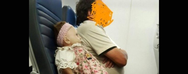 搭飛機身旁坐的是「洋娃娃」?